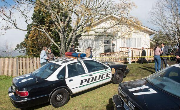 Naapurit huolestuivat Dee Deen ja Gypsy Rosen kohtalosta ja hälyttivät näiden kotitalolle poliisit.
