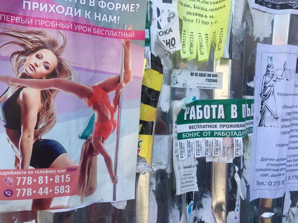 Nykypäiväkin näkyy Tiraspolissa, vaikka tunnelma tuokin neuvostoajat mieleen.  Kommunistijohtajien mukaan nimetyilla kaduilla mainostetaan tankotanssitunteja.