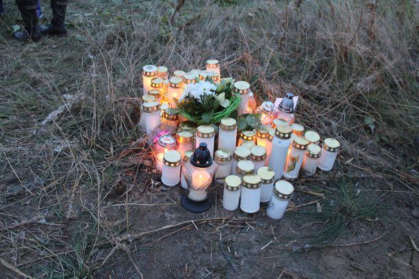 Paikalle oli tuotu myös paljon kynttilöitä ja valkoisia kukkia.