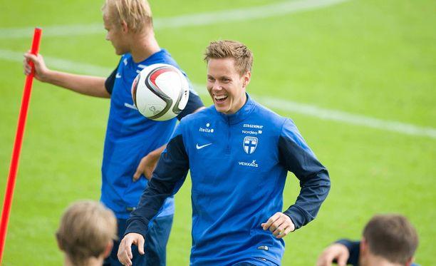 Kapteeni Niklas Moisander pelaa Pohjois-Irlantia vastaan.