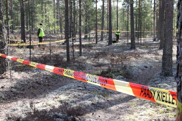 Arkistokuva. Sotilaat vartioivat onnettomuuspaikkaa Satakunnan Jämijärvellä pienkoneen maahansyöksyn jälkeen.