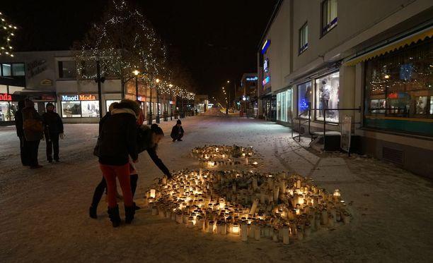 Imatralaiset toivat satoja kynttilöitä ampumispaikalle tapahtuneen jälkeen.