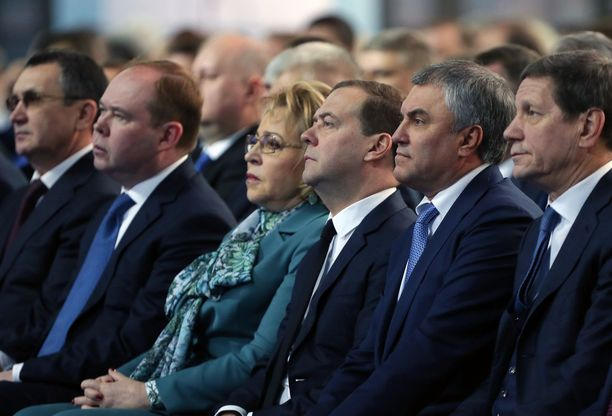 Venäjän poliittinen johto kuunteli vakavana presidentin puhetta.