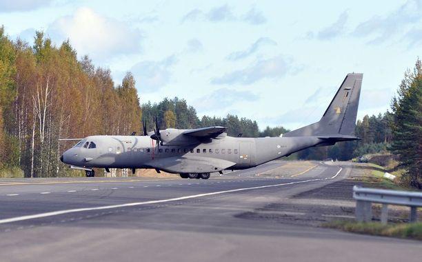 Tämä tekniikkaa ei enää riitä. Kuvassa on Suomen signaalitiedustelun nykyinen kapea keihäänkärki: ilmavoimien Casa C-295M kuljetuskone, joka voidaan varustaa elektronisen tiedustelun ja sodankäynnin laitteistoilla. Laitteisto kulkee kontissa, joka sisältää Suomen Yhdysvalloista ostaman Dragon Shield -tiedustelujärjestelmän.