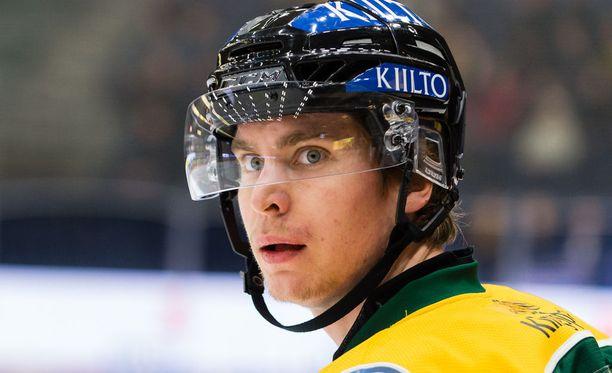 Michael Keränen jäi ruma taklauksen alle.