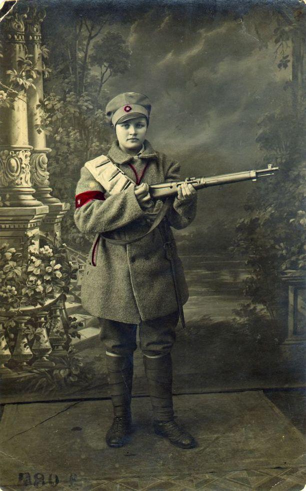 Punakaartilainen Martta Pyrhönen Viipurin merkinantokomppaniasta. Kuva on otettu 19. maaliskuuta 1918.