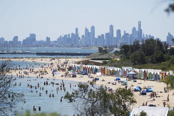 Brightonin rannalla Melbournessa riitti torstaina väkeä.
