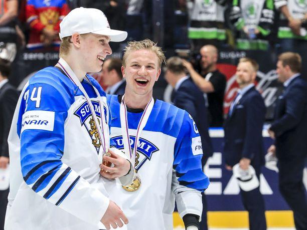 Kaapo Kakko ja Toni Rajala juhlivat yhdessä jäällä.