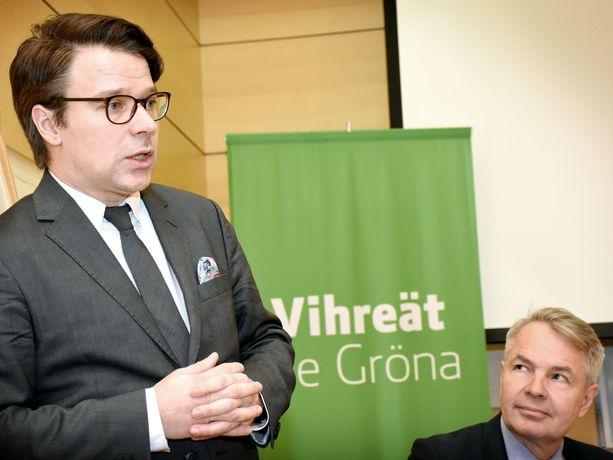 Vihreiden puheenjohtaja Pekka Haavisto kuunteli Ville Niinistön infossa kun vihreiden ex-puheenjohtaja ilmoitti lähtevänsä puolueen eurovaali- ja komissaariehdokkaaksi.