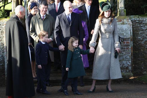 Prinssi Williamin perhe saapumassa kirkkoon.