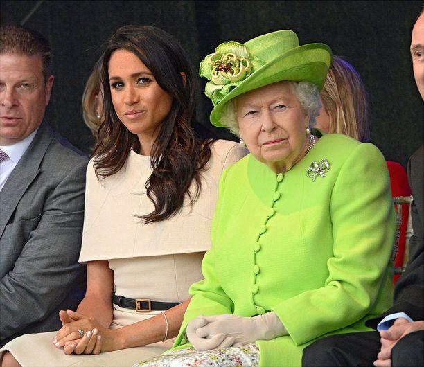 Tässäkin Meghan näyttää tekevän kaikkensa toimiakseen aivan kuin kuningatar.