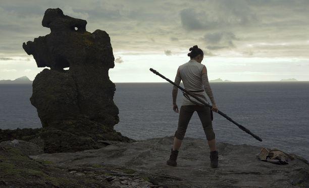 Star Wars: The Last Jedi seuraa edeltäjänsä The Force Awakensin tapaan Daisy Ridleyn näyttelemää Reytä.