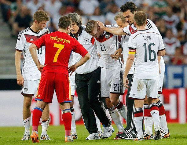 Marco Reusin loukkaantuminen veti saksalaispelaajien ilmeet vakaviksi.