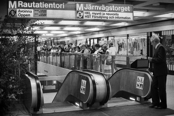 Metron virallisia avajaisia vietettiin 2. elokuuta 1982. Kuvassa odotellaan avajaistilaisuuden alkamista.