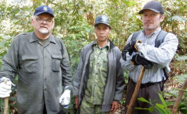 Seppo Grönroos, vietnamilainen opas ja Timo Uusi-Pietilä lähdössä matkaan.