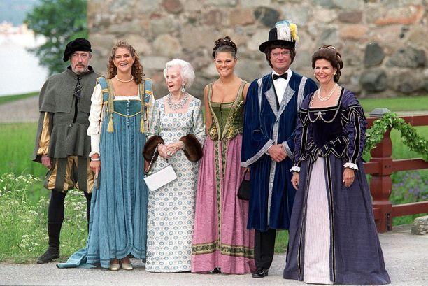 Näin hilpeissä tunnelmissa kuninkaallinen perhe juhlisti Kaarle Kustaan ja Silvian vuosipäivää vuonna 2001.