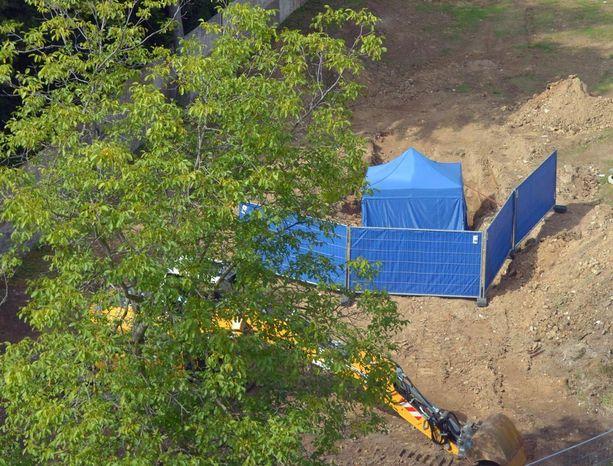 Rakennustyömaalta löytynyt pommi suojattiin teltalla.