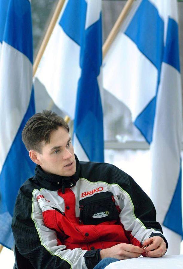 Paavo Puurunen vietti MM-kultajuhlia täpötäydessä Kuhmo-salissa vuonna 2001.