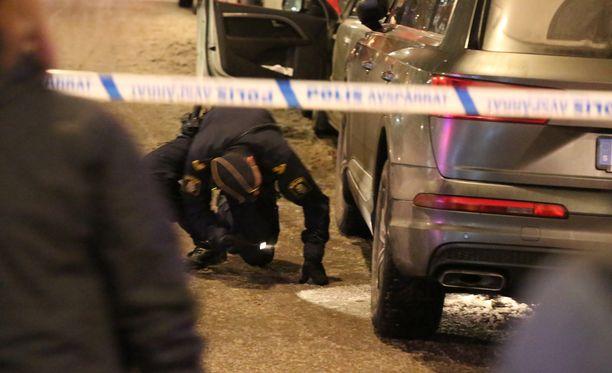 Poliisi tutkii kahden henkilön puukotusta Tukholman Södermalmilla.