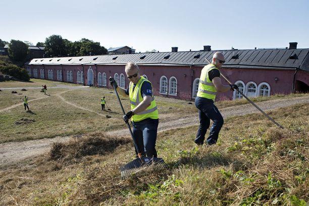 Suomenlinnan kunnostustyöt houkuttelivat nuoria leiriläisiä useista maista.
