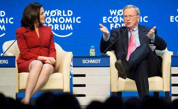 """Googlen johtaja Eric Schmidt povaa tulevaisuuteen """"erittäin mielenkiintoista maailmaa""""."""