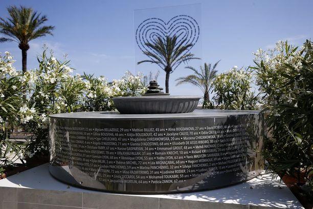 Nizzan terrori-iskun uhrien muistomerkki rantabulevardilla. Iskusta tulee kuluneeksi vuosi perjantaina.