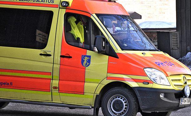 Poliisi epäilee ulosajon syyksi sairaskohtausta (kuvan ambulanssi ei liity juttuun).