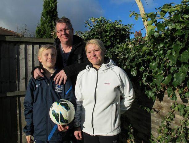 Koko Virtasten perhe muutti Mikon seurasiirron jälkeen Liverpooliin. Isä Aki ja äiti Elisa ovat tärkeässä roolissa.