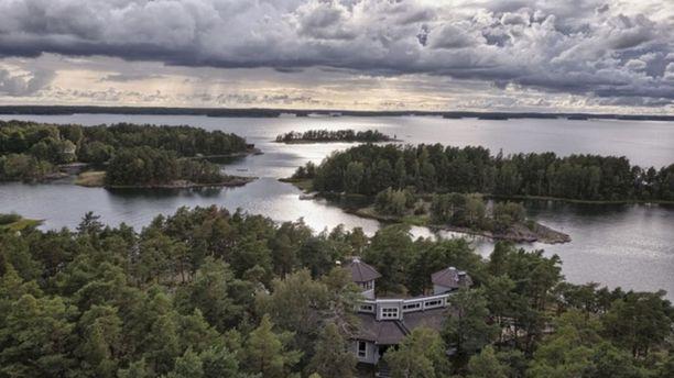 Saaristomeren maisemassa Kemiön Taalintehtaan edustalla on myynnissä edustushuvila Villa Bergholmen muine rakennuksineen. Villassa on kuusi huonetta, keittiö ja sauna. Tilaa rakennuksessa on 179 neliötä.  Hintapyyntö 1 950 000 €