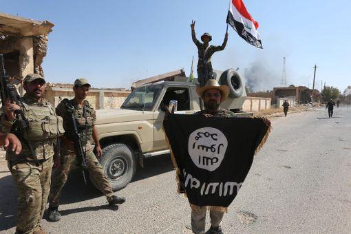 Irakilaissotilas piteli Isisin lippua armeijan vallattua Tal Aferin kaupunki takaisin terrorijärjestöltä elokuussa.