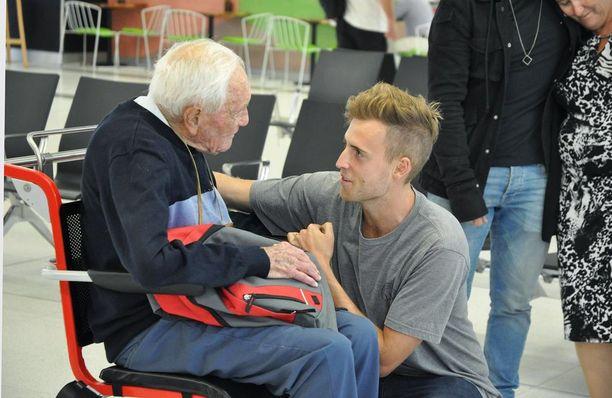Australialainen luonnontieteen professori David Goodall hyvästeli lapsenlapsensa Perthin lentokentällä viime viikolla.