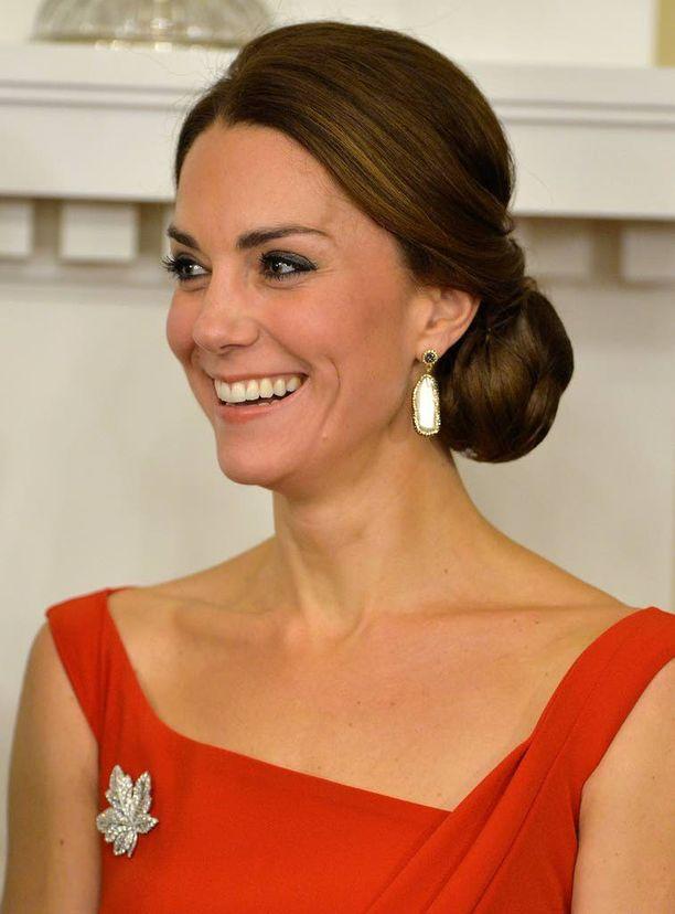 Herttuatar Catherinen juhlatyyliin kuului kirkkaanpunainen näyttävä iltapuku.