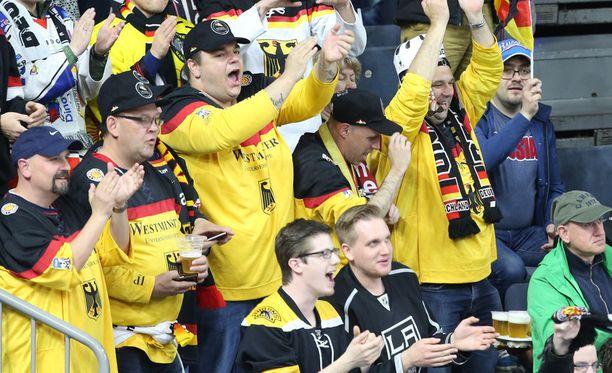 Kölnin jäähallin lehtereillä on värikästä menoa. Ottelun aikana katsomossa saa juoda olutta. Pariisissa tätä mahdollisuutta ei ole.