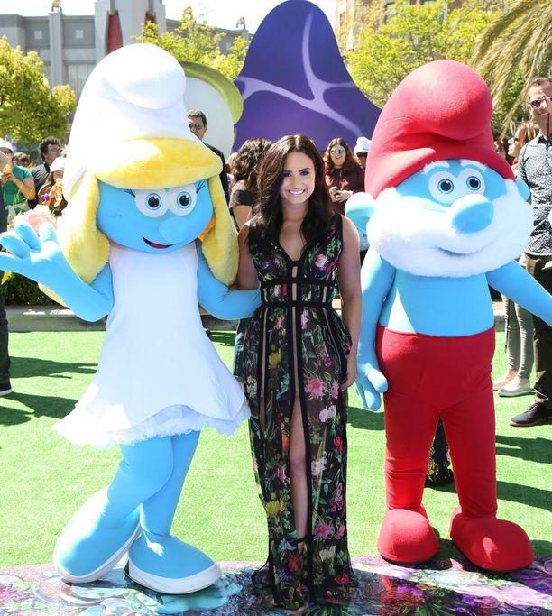 Smurffit: Kadonnut Kylä -elokuvassa Smurffiinan roolissa kuultu Demi Lovato paistetteli rakastettujen hahmojen keskellä leffan ensi-illassa maaliskuussa 2017.