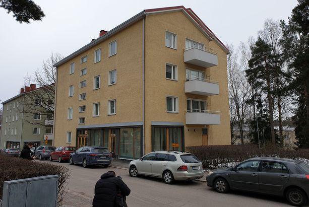 Rikospaikka sijaitsee haagalaisen asuintalon alakerran liikehuoneistossa.