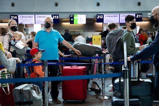 Finavian ohjeiden mukaan matkustajien ja muiden on käytettävä kasvomaskia koko ajan Helsinki-Vantaan lentokentällä liikkuessaan.