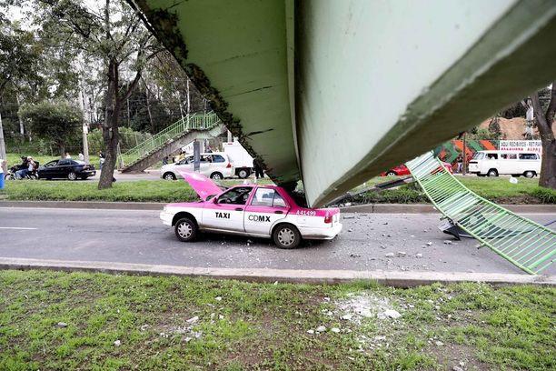 Ylikulkusilta romahti taksin päälle.
