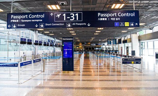 Rajavartijat tavoittivat viime vuonna Helsinki-Vantaalla lähes neljäsataa väärennettyä henkilökorttia, passia, viisumia tai muuta henkilöasiakirjaa.