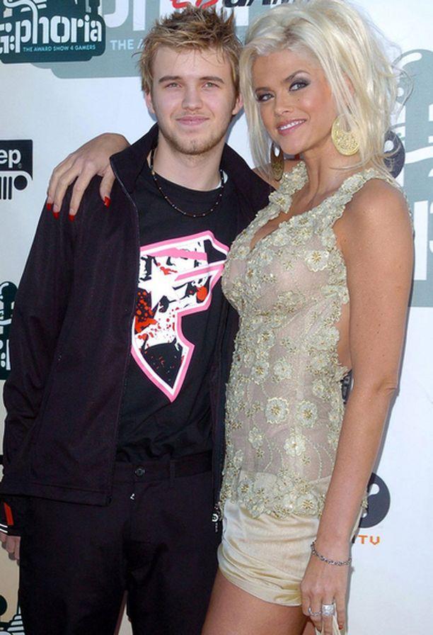 Anna Nicole Smith ja Daniel-poika kuolivat kummatkin lääkkeiden väärinkäyttöön.
