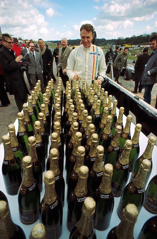 Gurney tuli keksineeksi autourheiluun kiinteäksi osaksi muodostuneen samppanjan suihkuttamisen palkintopallilla.