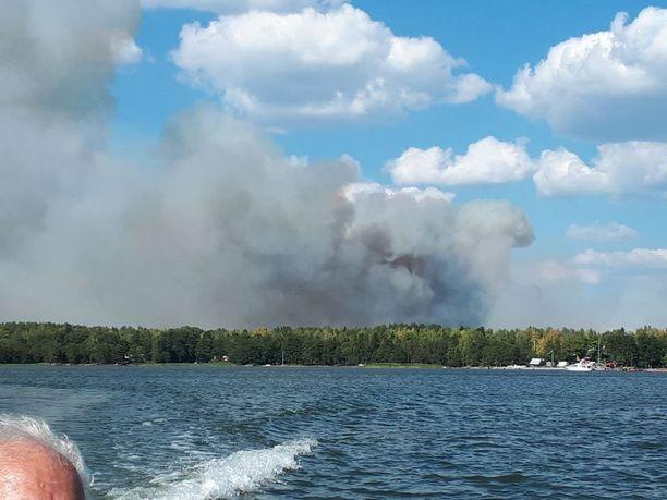 Terho perheineen oli sattumalta lähettyvillä veneellään, kun Pyhärannan metsäpalo alkoi. Kuva keskiviikkoiltapäivältä.