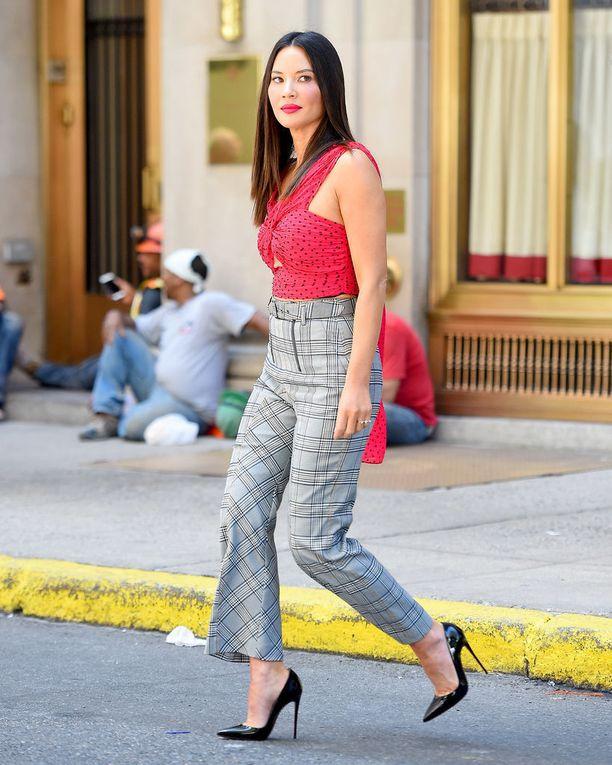 Duunilook, joka toimii terassillakin! Näyttelijä Olivia Munn osoittaa, että sähäkkä toppi sopii ruutuhousujen pariksi.