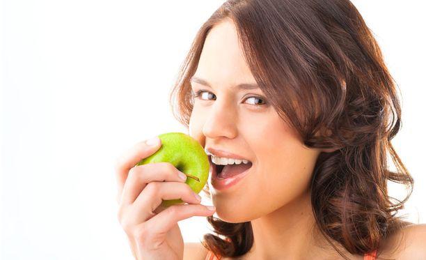 Hampaiden kannalta ei ole väliä, syökö karkkia vai hedelmää, koska kaikki ruoat ja juomat vettä lukuun ottamatta aiheuttavat suussa happohyökkäyksen.