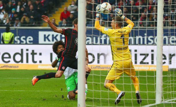 Wolfsburgin Dante puskee avausmaalin Frankfurtin David Abrahamin takaa. Lukas Hradecky jää vaille torjuntamahdollisuuksia.