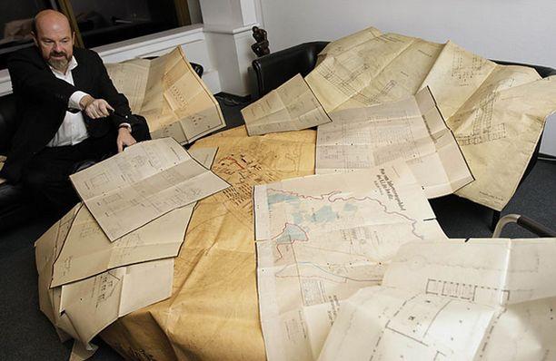 Ralf Georg Reuth Bild-lehdestä esittelee arkkitehdin piirroksia Auschwitzista.