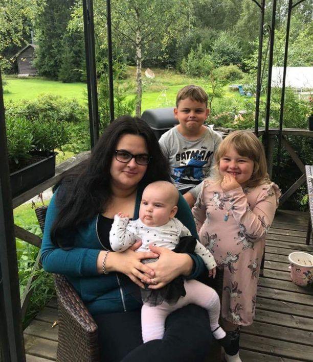 Milla Wahlman asuu kolmen lapsensa kanssa Lohjalla.