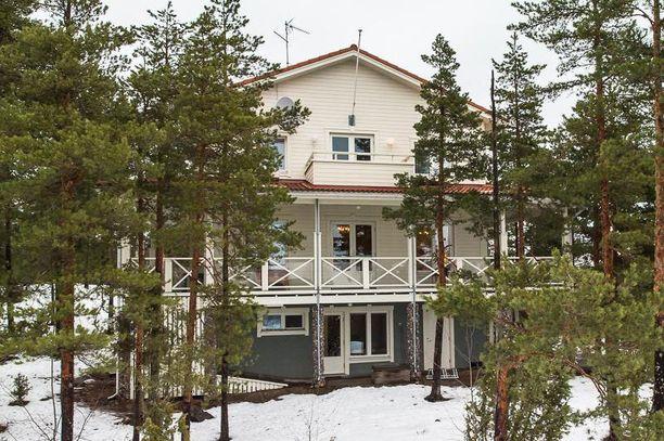 Mikkoset haluavat muuttaa lähemmäs Helsinkiä. Elokuussa 2013 Pilvilinnasta pyydettiin 410 000 euroa, nyt hinta on tippunut roimasti.
