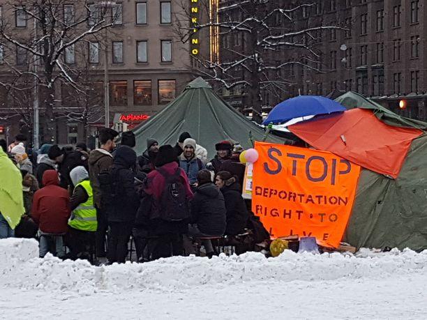 Turvapaikanhakijoiden Rautatientorin leiri maaliskuussa.