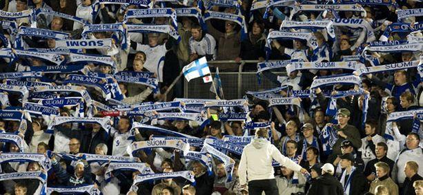 Suomen maajoukkueen fanit pääsevät jatkossakin kannustamaan Huuhkajia Olympiastadionille.