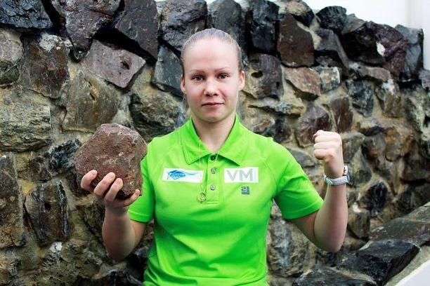 Kaksi kovaa. Lappajärven luoneen meteoriitin törmäyksestä syntynyt kärnäiitti sekä Petra Olli.